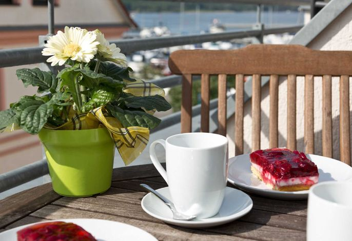 die Sonne bei Kaffee und Kuchen genießen