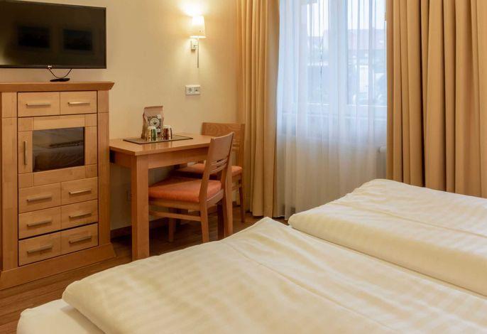 kleines aber feines Appartement mit Doppelbett, Fernseher und Esstisch für zwei
