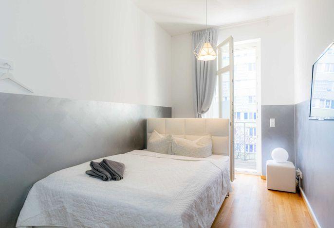 Helles Schlafzimmer mit direktem Zugang zum Balkon