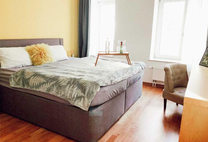 Schickes Schlafzimmer mit einem gemütlichen Boxspringbett