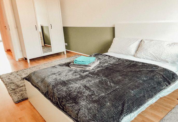 Sorgfältig gestaltetes Schlafzimmer mit Boxspringbett