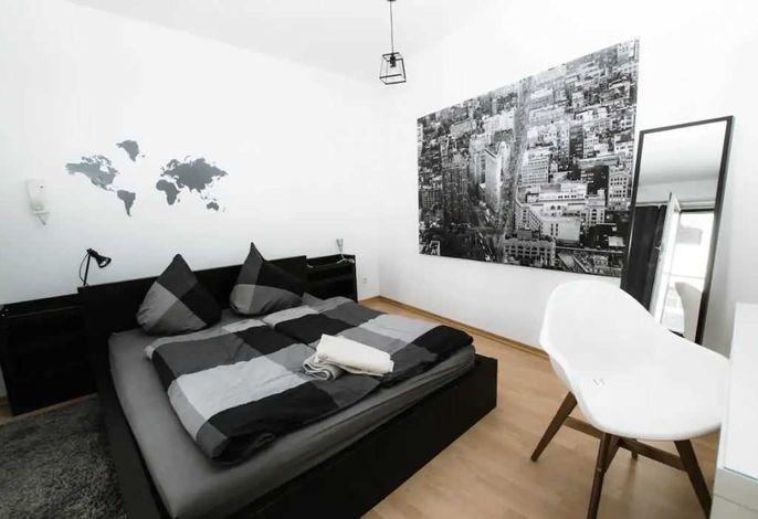Schlafzimmer mit einem gemütlichen Doppelbett
