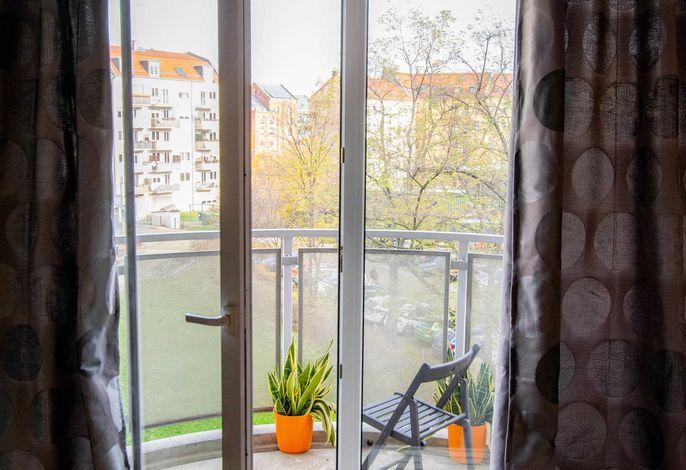 Direkter Zugang zum Balkon durch das Wohnzimmer