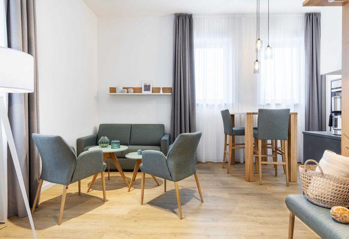 Wohn-/Essbereich mit Sitzgelegenheit