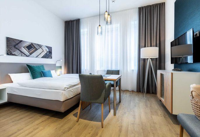 Wohn-/Schlafbereich mit Sitzgelegenheit