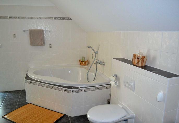 Bad: WC, Dusche, und Eckbadewanne, im Obergeschoss