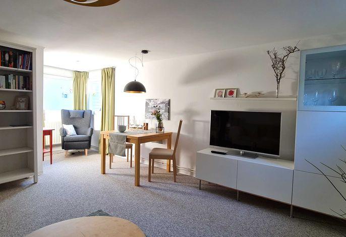 Geräumiges Wohnzimmer mit Flachbild-TV