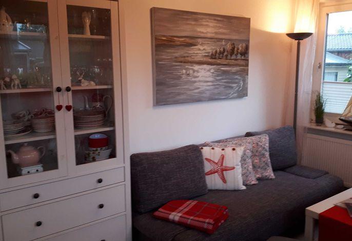 Das Wohnzimmer mit einer gemütlichen Couch