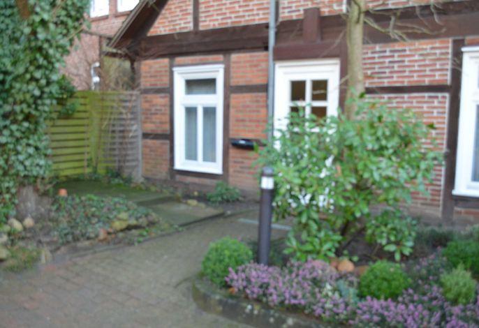 separater Eingangsbereich mit Terrasse.