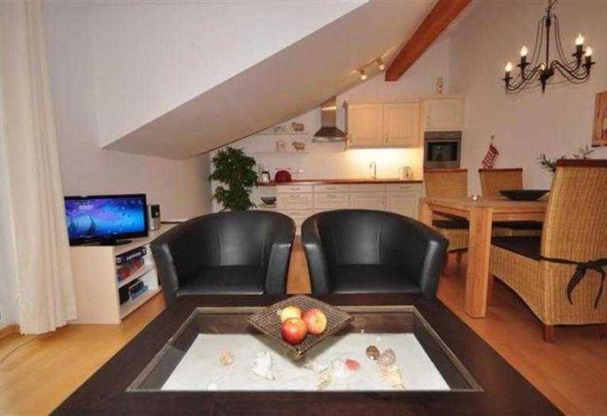 gemütlicher Wohn-Essbereich mit kompletter Küchenzeile