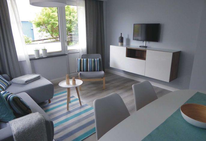 Wohnzimmer mit Essecke, Zugang zur Terrasse