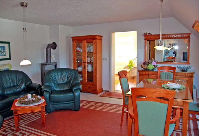 Wohnraum mit Sitzecke, Kamin und Esstisch
