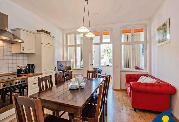 Wohnzimmer mit Essbereich und Küchenzeile