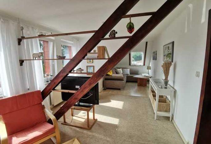 Wohnzimmer mit Couchgarnitur und Flachbild-TV