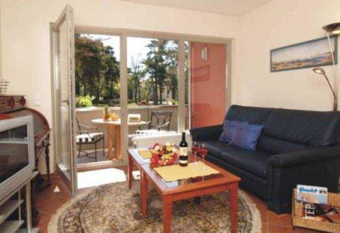 Wohnbereich mit Schlafcouch für 1 Person und Zugang zum Balkon