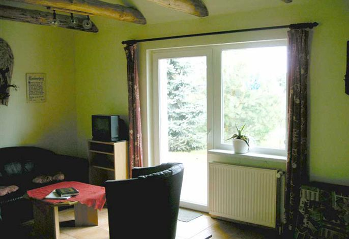 Wohn-Schlafraum mit Sitzecke und TV