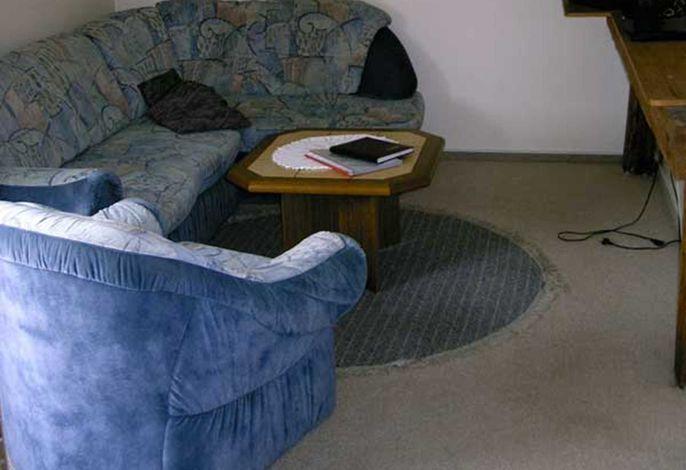 Wohnraum mit Sitzecke und TV