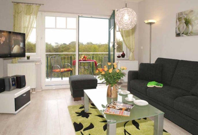 schöner heller Wohnbereich  mit Zugang zum Balkon