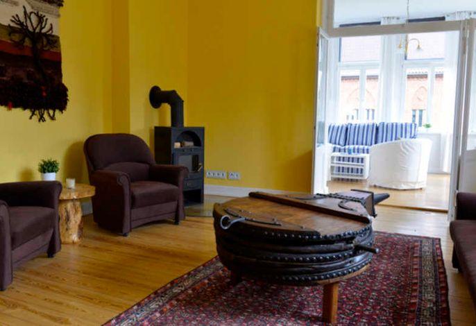Wohnzimmer mit Chemineeofen und Unikat-Tisch