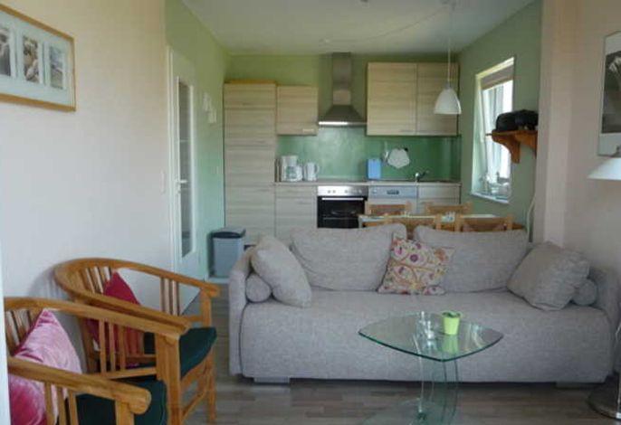 Wohnbereich mit Schlafsofa und Küche