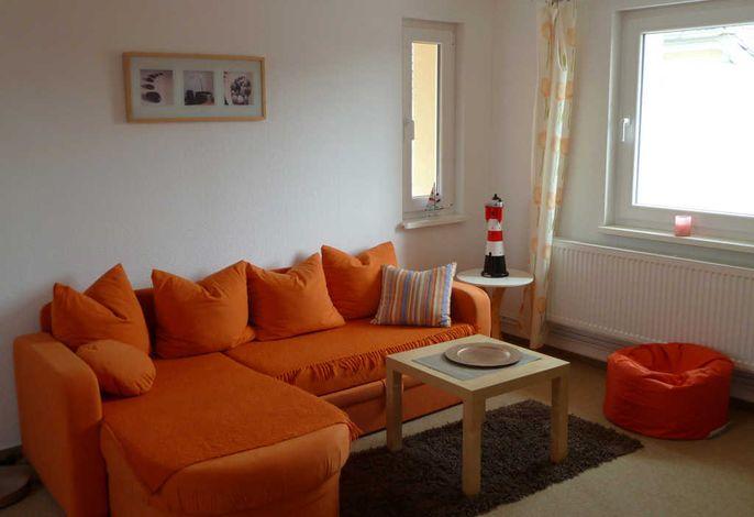 Blick auf die Couch im Wohnzimmer