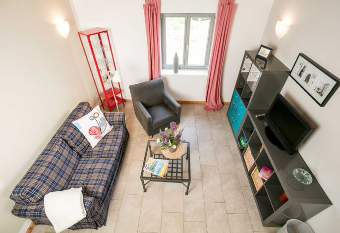 Blick vom 2. Schlafzimmer in den Wohnbereich.
