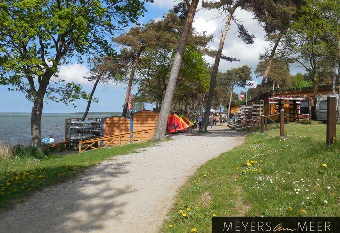 Blaues Strandhaus mit Boot am Salzhaff, 50m zum Strand - Ostsee - Naturstrand - Ferienhaus direkt am Strand - 4 Personen - Wlan