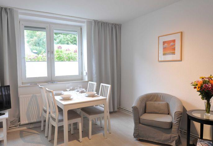 Wohnzimmer mit Esstisch für bis zu 6 Personen