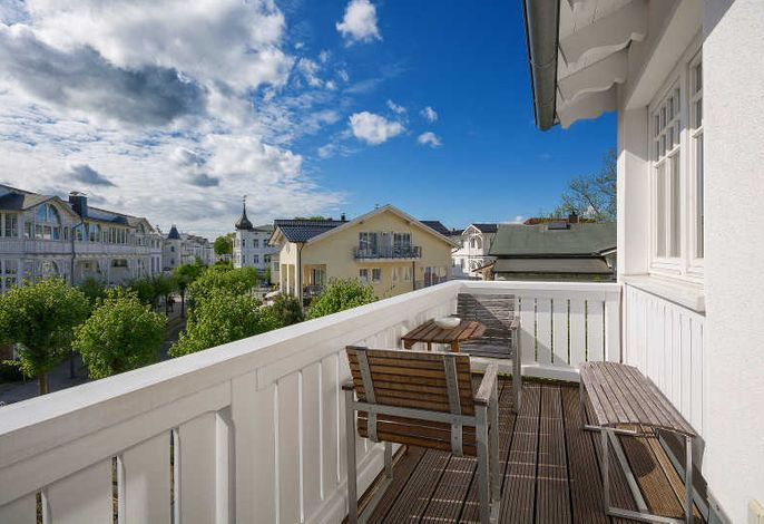 einer von zwei Balkonen, über den Dächern von Binz
