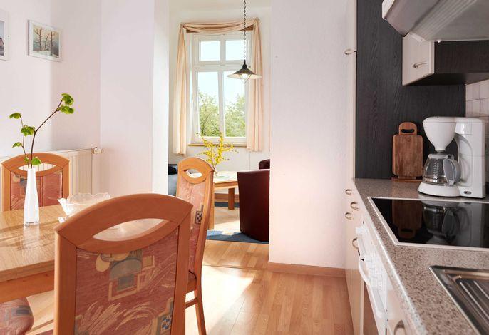 Küche mit Blick zum Wohnbereich