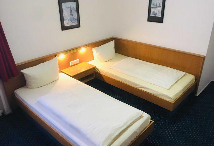 Zwei-Bett-Zimmer zur Landseite