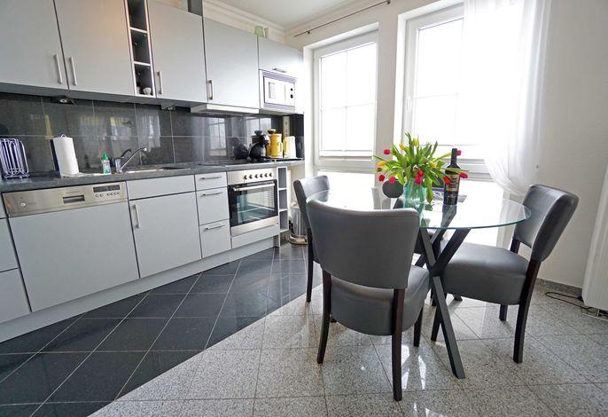 Wohnzimmer mit voll ausgestatteter Küchenzeile