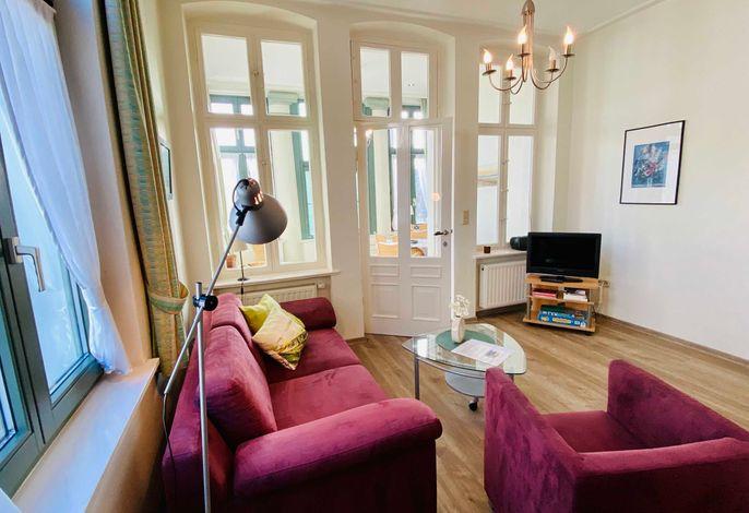 schöner Wohnraum mit hohen Decken