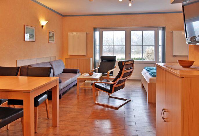 Wohnraum mit Doppelbett und Schlafcouch