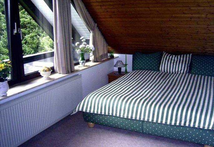 Schlafnische im Wohnraum mit Doppelbett