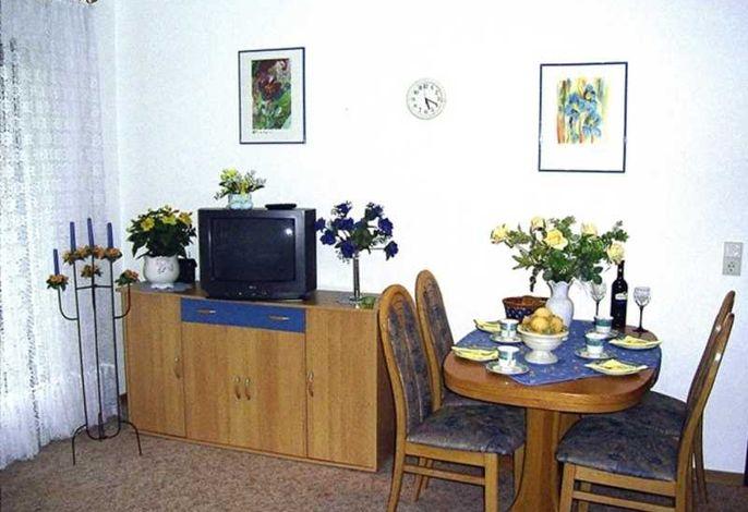 Wohnzimmer mit TV und Essplatz