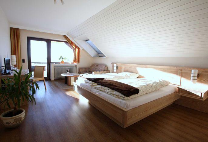 Doppelzimmer 9 mit Doppelbett und Sofa