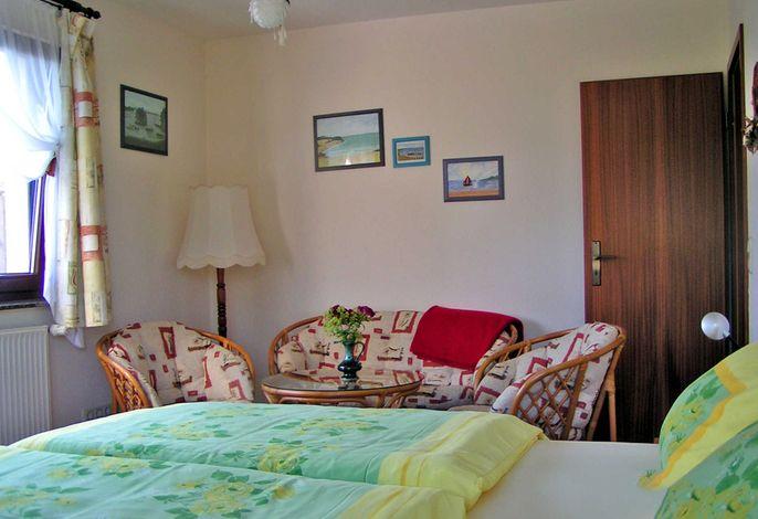 Wohn-Schlafraum mit Doppelbett und Sitzecke