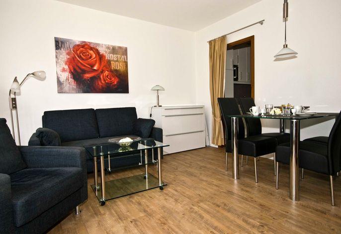 Wohnzimmer. Das Sofa ausziehbar und als Schlafmöglichkeit für die 3. Person gedacht.