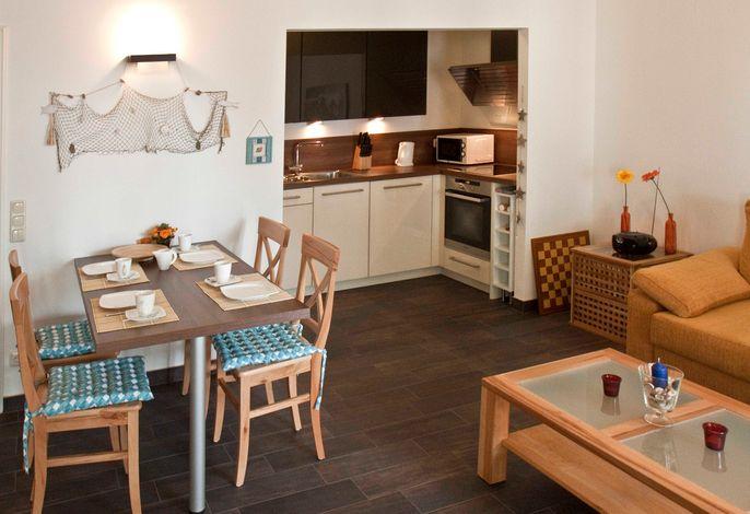 Blick auf offene Küche und Esstisch