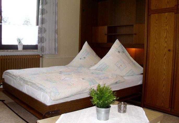 Schrankbett (im Wohnzimmer)