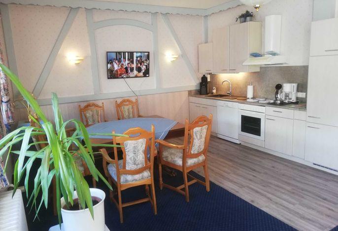 Esstisch mit Küchenblock im Gruppenraum