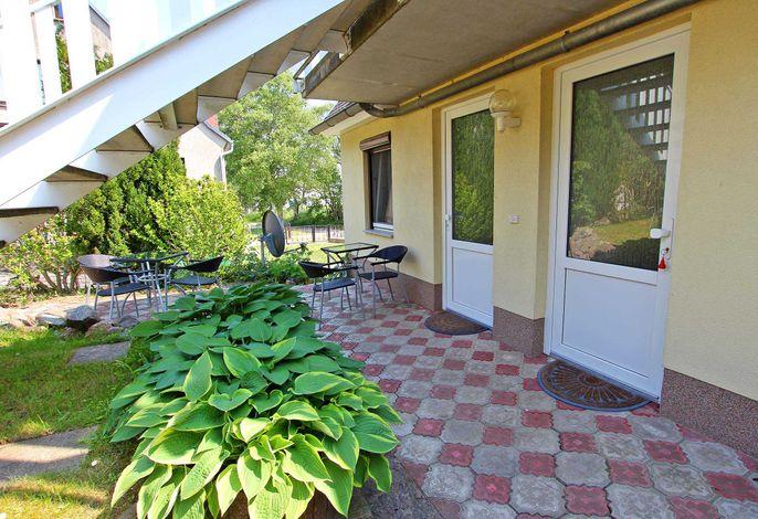 Eingang und kleine Terrasse auf der Hofseite