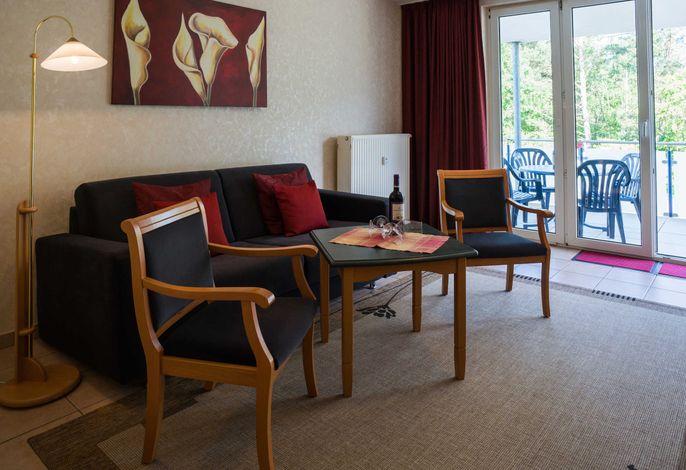 Wohnzimmer mit Sofa in der FeWo PM11 & PM12 im Haus Am Maiglöckchenberg 5 im Ostseebad Karlshagen.