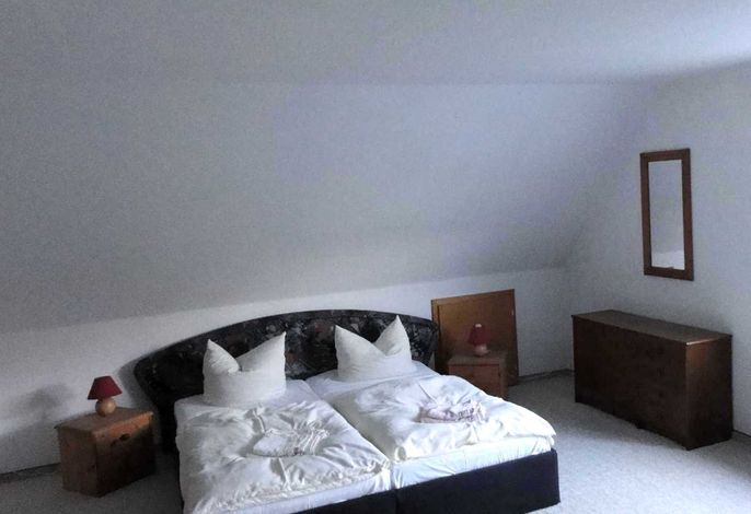 großes Doppelzimmer mit Doppelbett