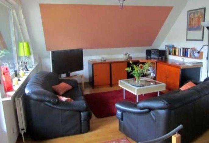 Wohnzimmer mit großem Flachbildfernseher