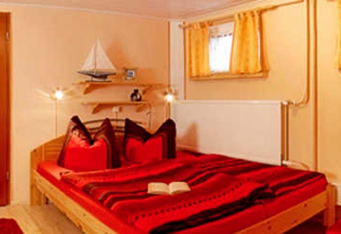 Schlafzimmer mit 1 Ehebett und 1 Einzelbett nutzbar für 3 Personen