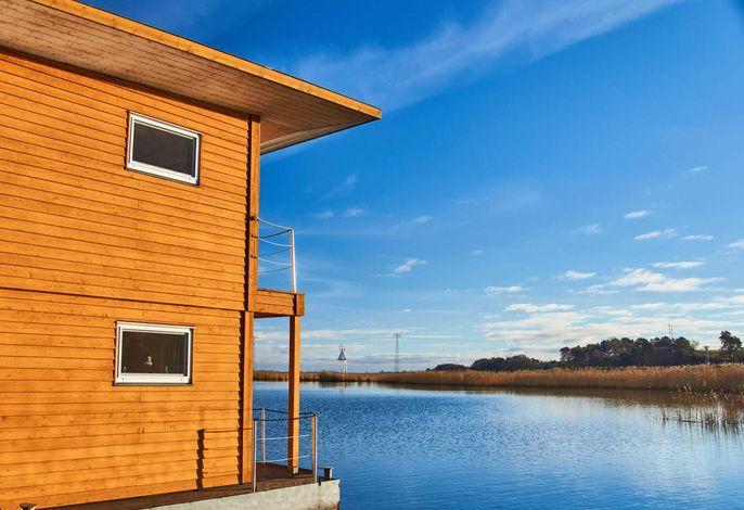Das FLOATING HOUSE 7 liegt ganz am Rande des Hafens und ist von Land aus das erste.