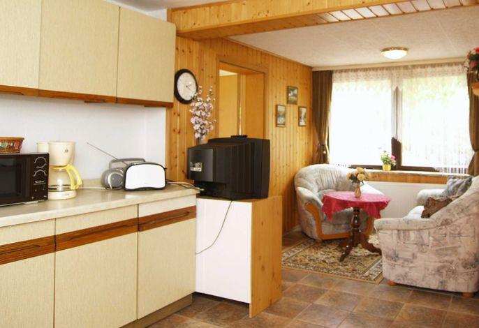 Die Küchenzeile und der Wohnbereich