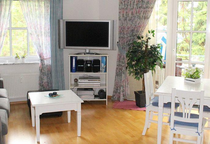 Wohnzimmer mit großem Flachbildschirm, WLAN und Telefonflat (inkl.)